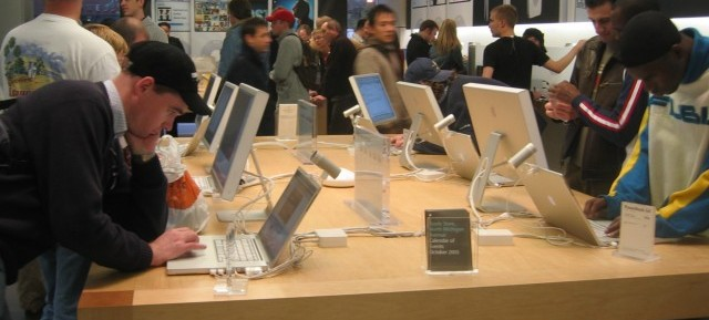 Apple_Store_North_Michigan_Ave_Chicago_IL-2005-10-22_ROTATED